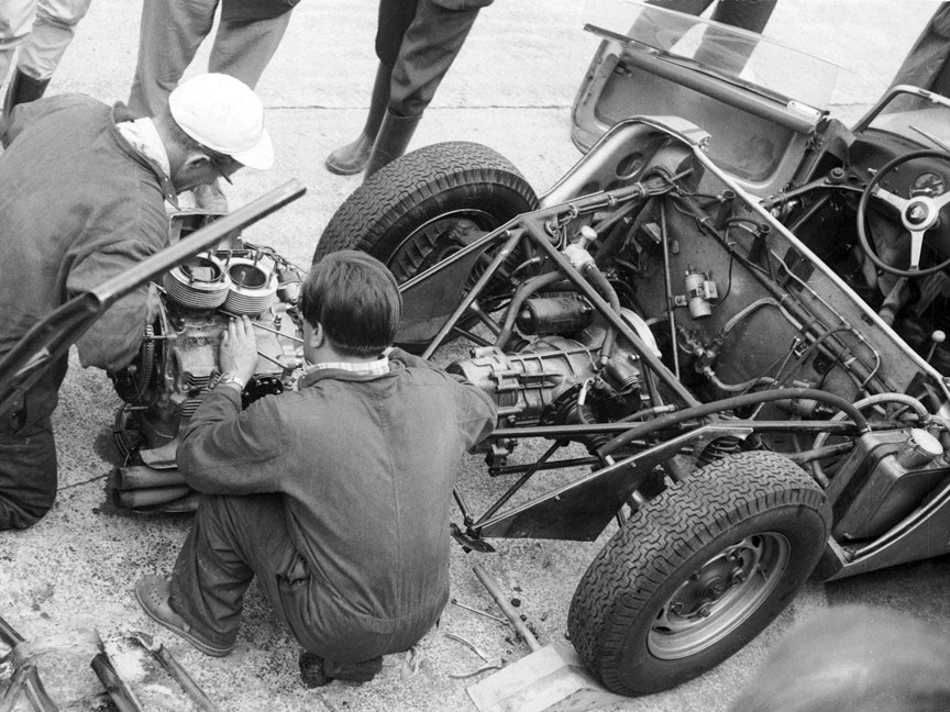 1960 Le Mans, Porsche 718 engine dismantled