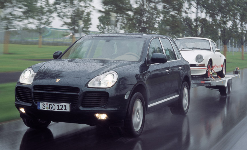 Porsche Cayenne 955 Turbo towing a trailer with 911
