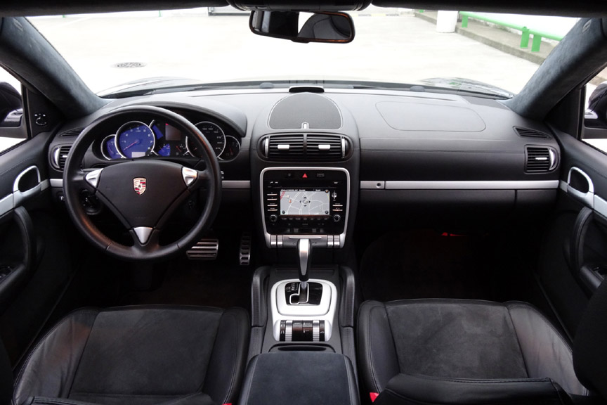 Porsche Cayenne 957 GTS black interior, dashboard